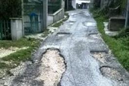 La denuncia corre sul web: altra buca altra strada dissestata e coperta di fango a Civitella Roveto