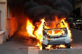 Auto a fuoco nel Comune di Lecce nei Marsi: intervento doppio e condiviso tra pompieri e carabinieri