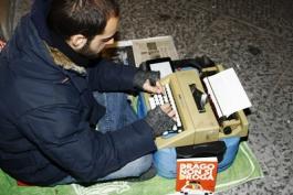 Gira per le strade d'Italia regalando racconti ai passanti: la vera storia di Walter Lazzarin